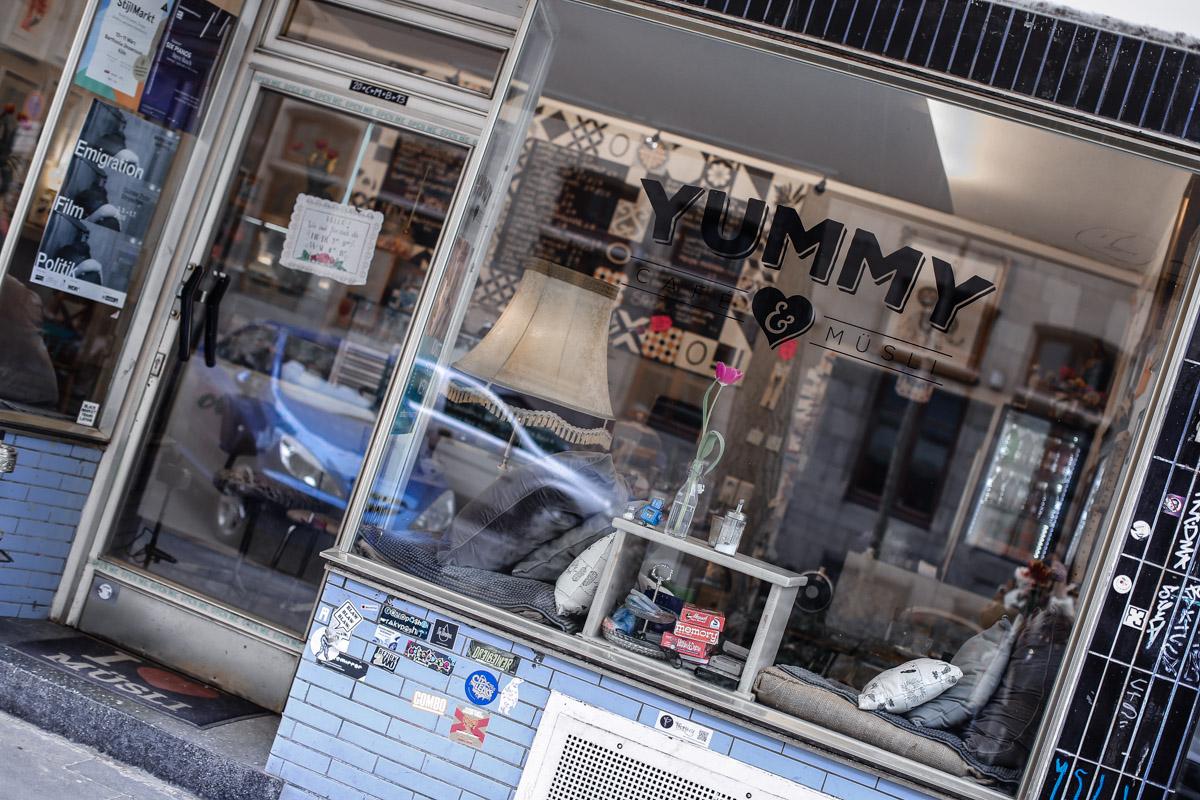 #Köln   Café Yummy! Müslibar. Mit leckeren veganen Optionen.