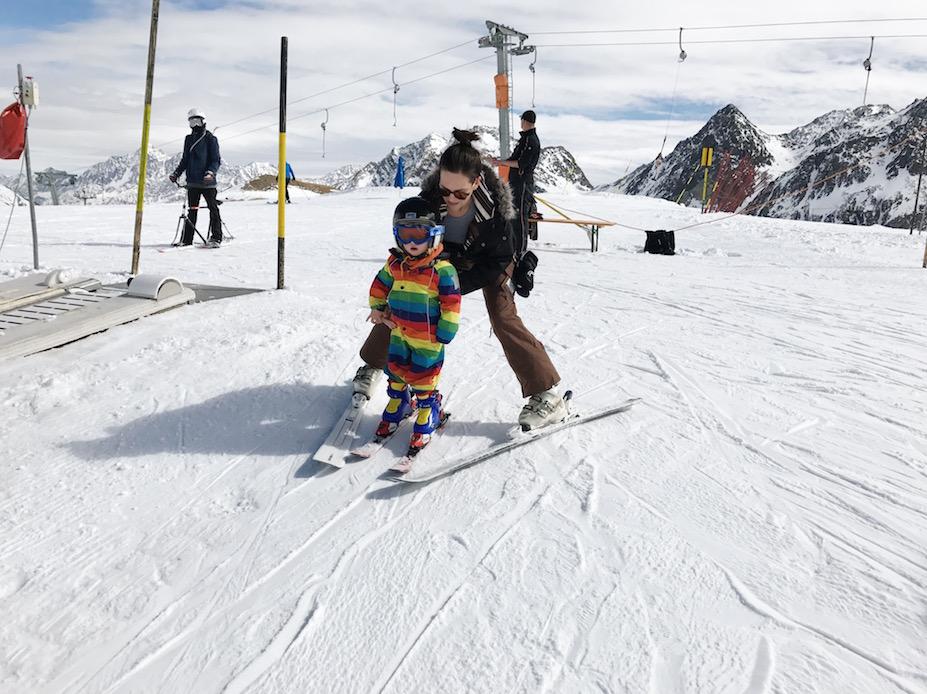 Kindern das Skifahren beibringen.