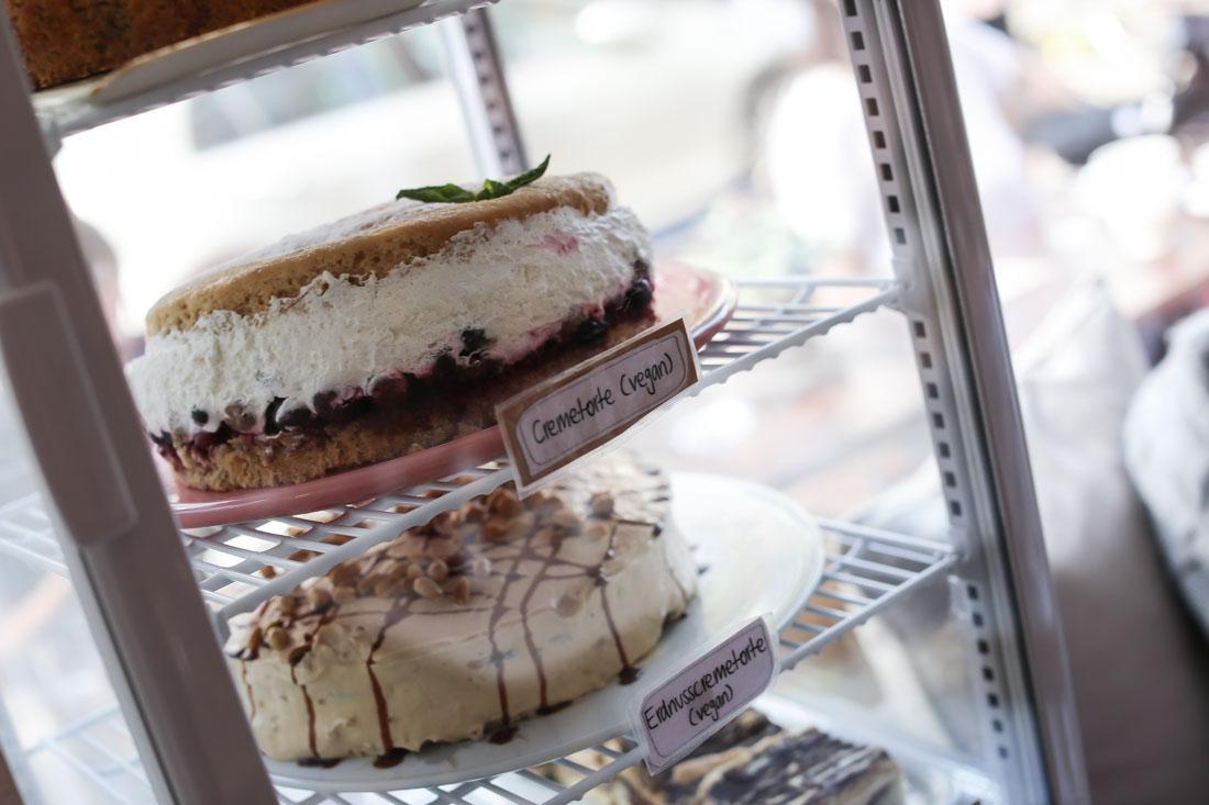 Café Köln mit veganem Kuchen.