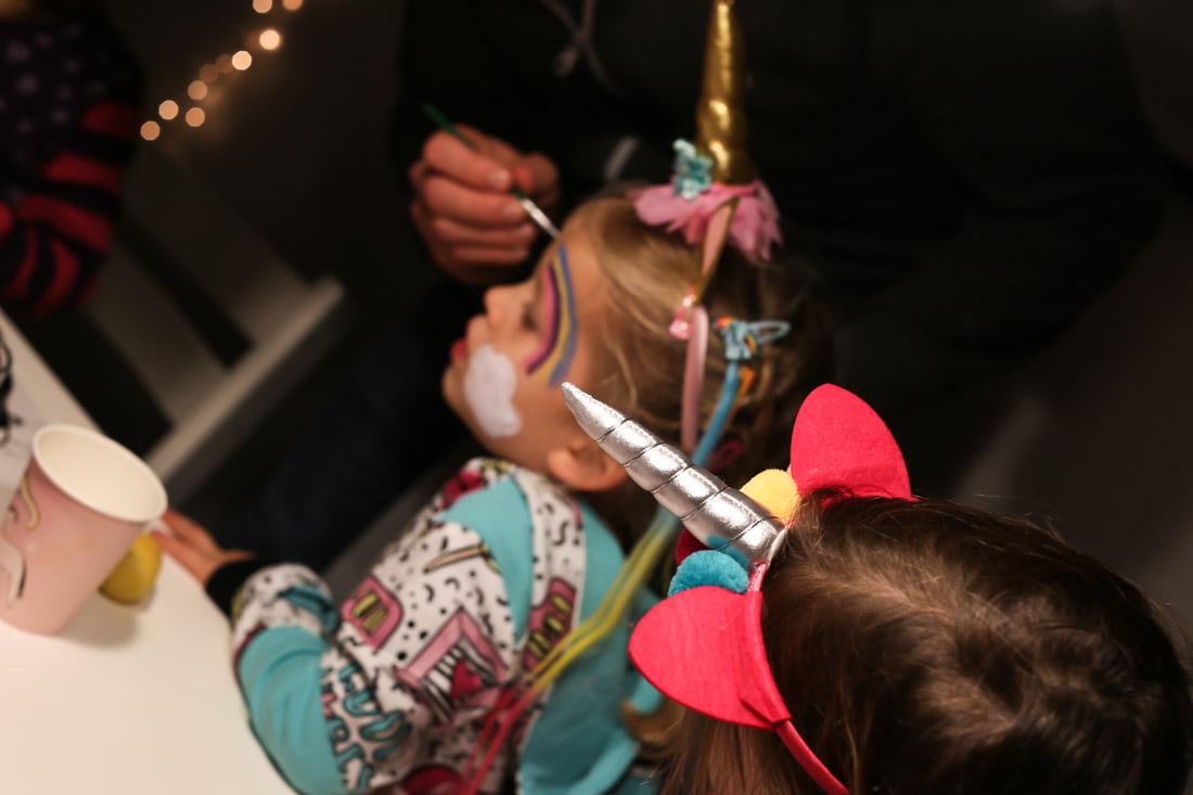 Eine Einhorn-Party zum Kindergeburtstag! Spiele, Deko und Kuchen.