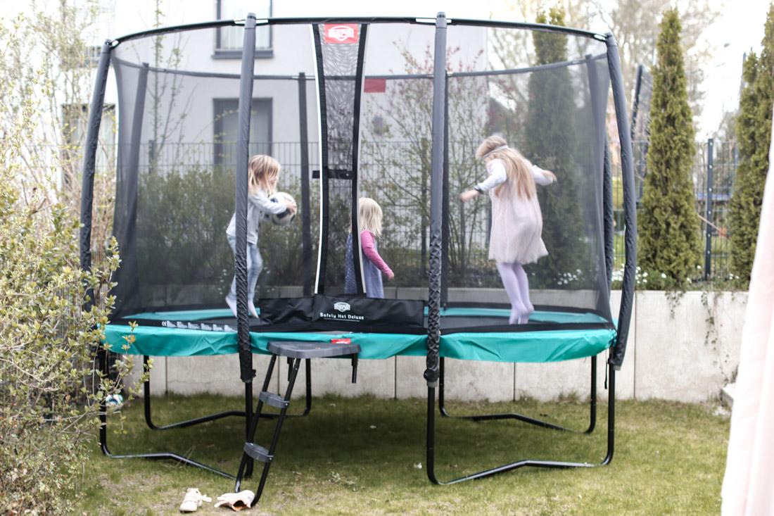 #Kinder | Action im bei uns im Garten! Joschi wird 8 und bekommt ein Trampolin.