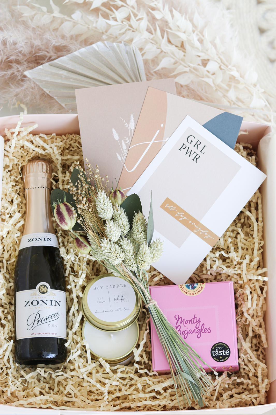 Muttertagsbox mit hand made Kerze, Prosecco, Trockenblumen und Postkarten