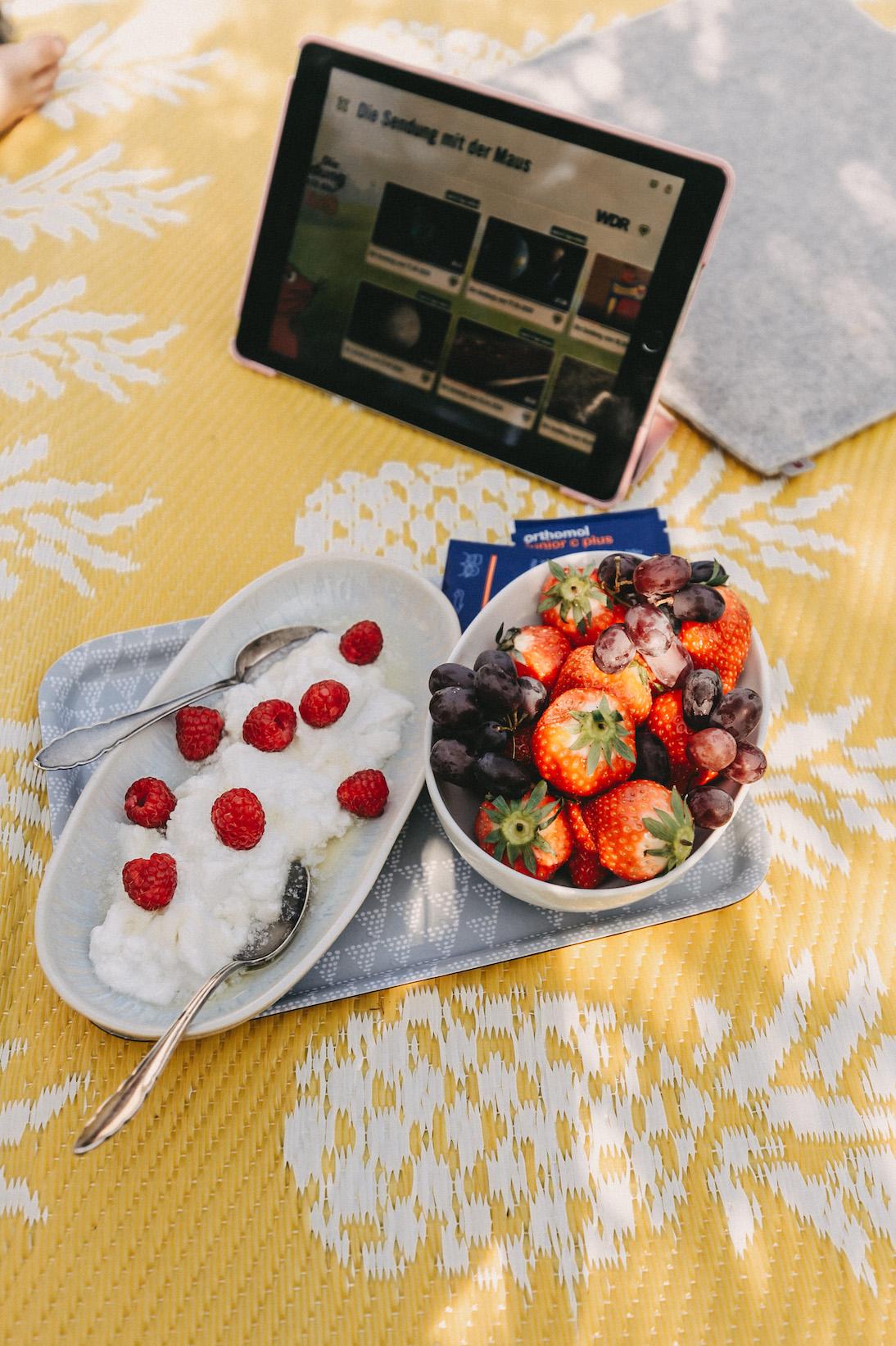 veganer Kokosjoghurt mit Erdbeeren