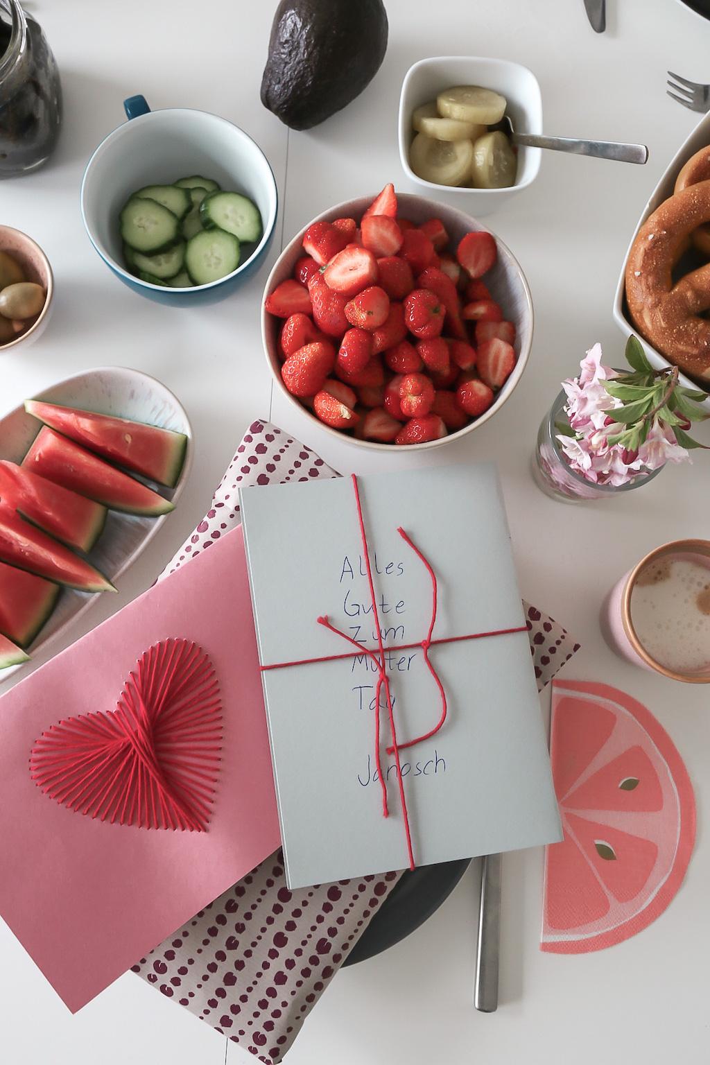 Frühstückstisch mit Geschenken zum Muttertag