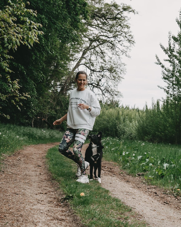 Frau mit Bordercollie im Wald