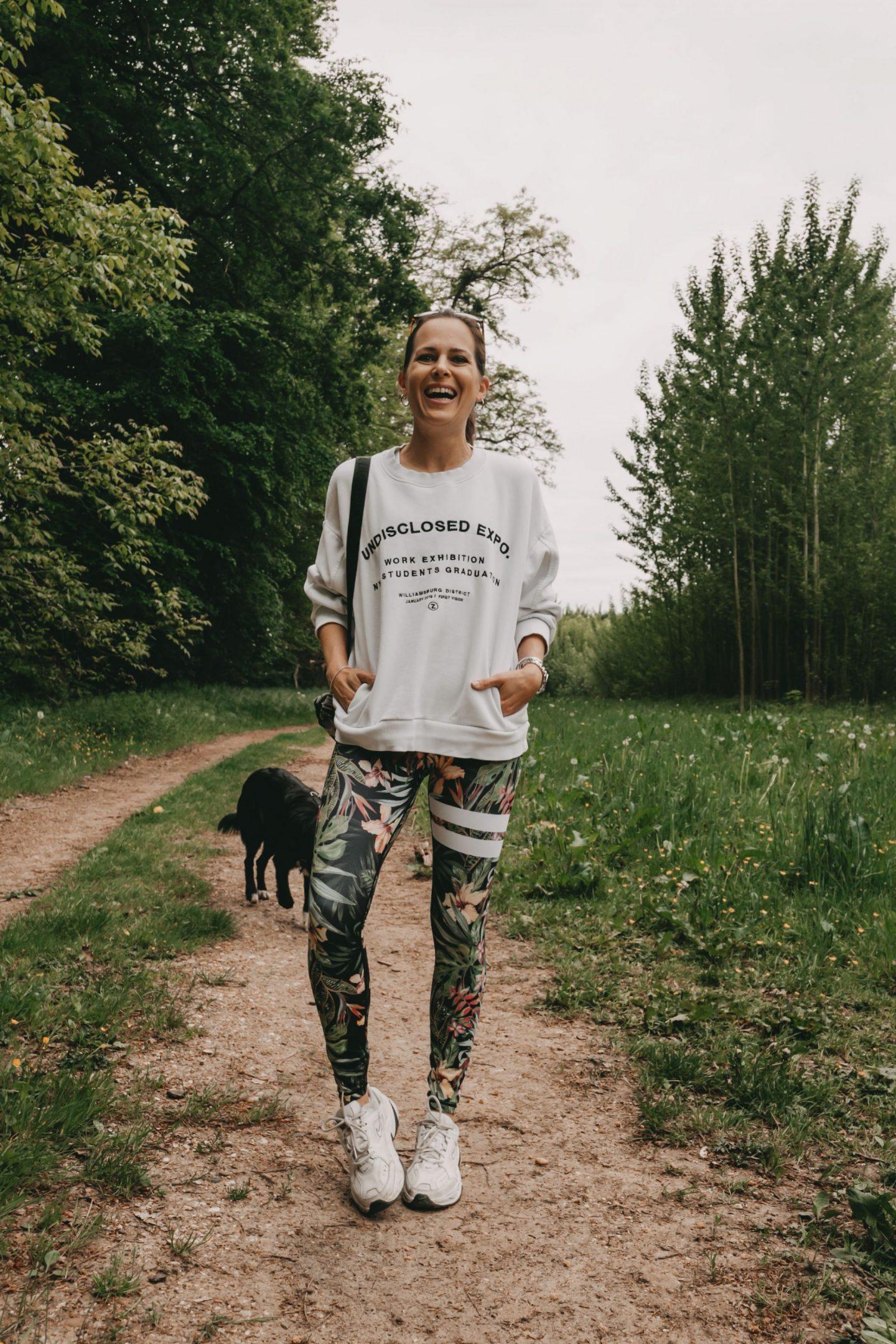 Frau in Fitnesskleidung von Stonger mit Hund
